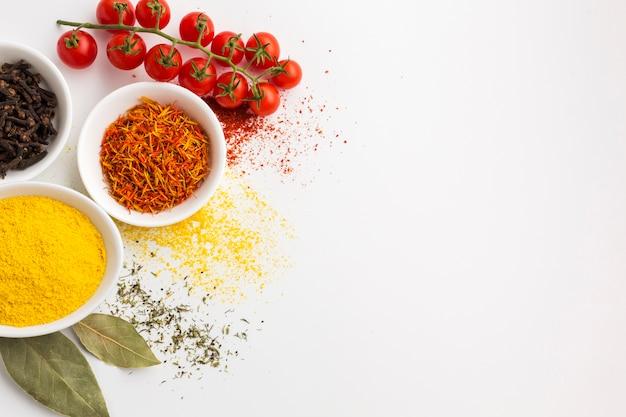 Copia-spazio con spezie in polvere sul tavolo
