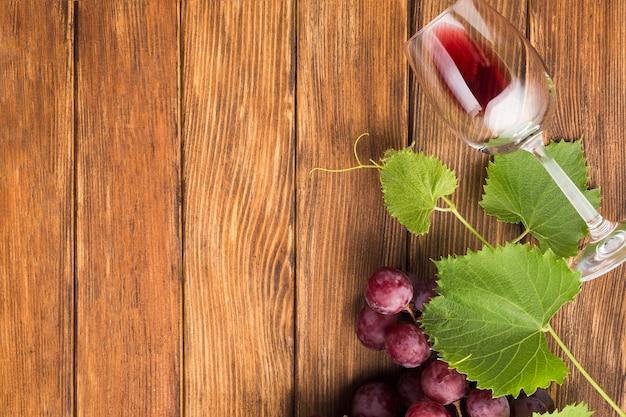 Copia spazio con un bicchiere di vino rosso
