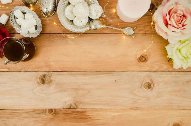 Copia spazio cornice con rose e pasticcini