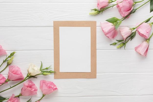 Copia spazio cornice con rose rosa