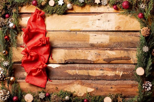 Copia spazio decorazioni natalizie con sacchetti rossi