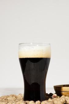Copia-spazio di vetro con birra brune sul tavolo