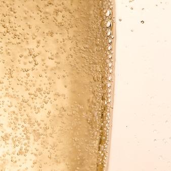 Copia-spazio di vetro con bolle di champagne