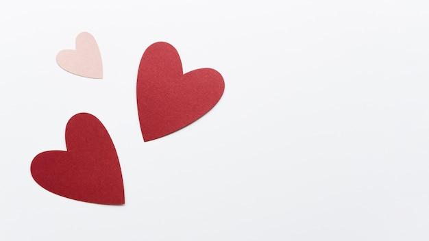 Copia-spazio diverse forme di cuore sul tavolo