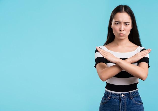 Copia spazio donna che rifiuta con il linguaggio del corpo