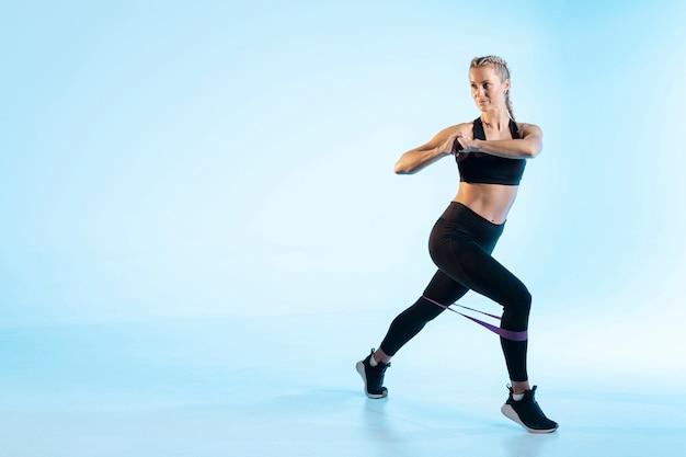 Copia spazio donna che si esercita con elastico