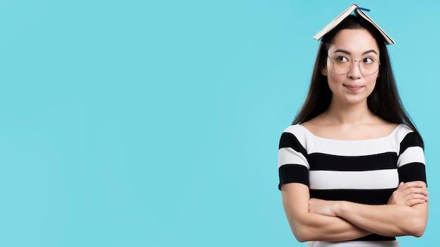 Copia-spazio donna con libro sulla testa