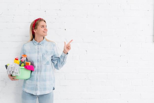 Copia-spazio donna facendo le faccende di casa