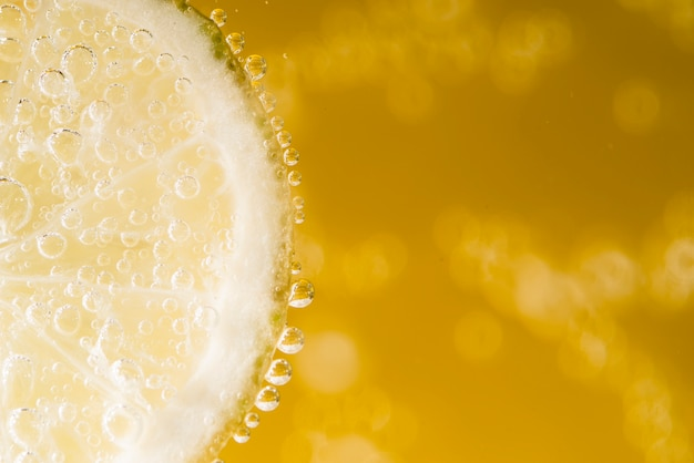 Copia spazio fetta di limone con gocce d'acqua