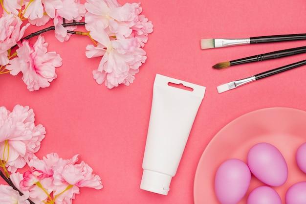Copia spazio fiori con uova dipinte