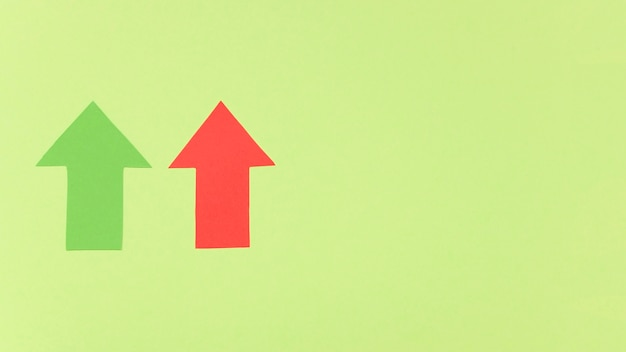 Copia-spazio freccia rossa e verde
