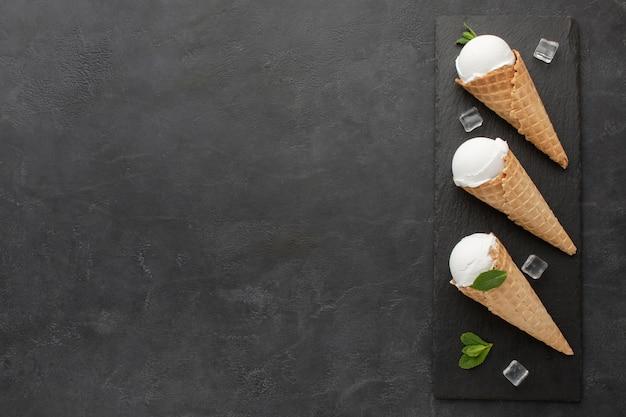 Copia-spazio gelato su coni con cubetti di ghiaccio