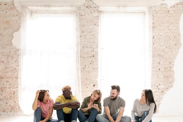 Copia-spazio gruppo di amici sul pavimento