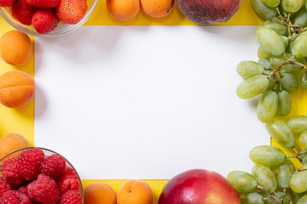 Copia spazio nella cornice di frutta