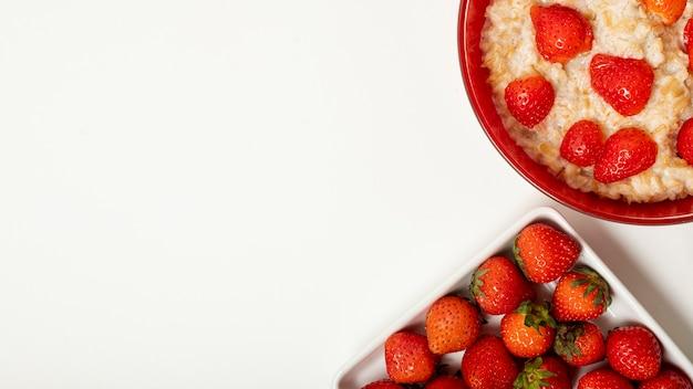 Copia spazio porridge con fragole su sfondo chiaro