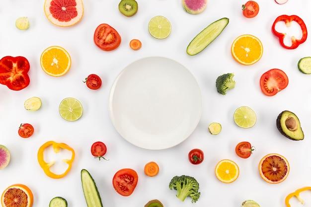 Copia spazio posto circondato da fette di frutta