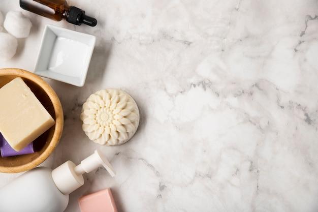 Copia-spazio prodotti cosmetici sul tavolo