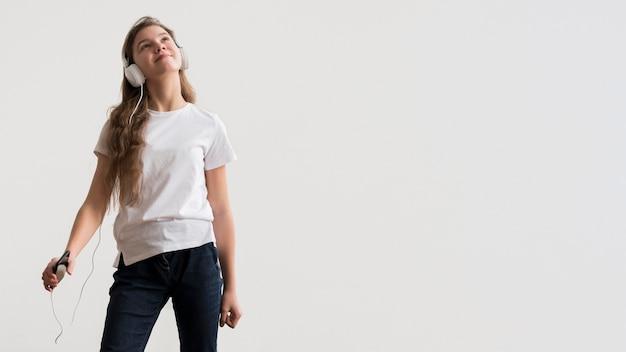 Copia-spazio ragazza con le cuffie
