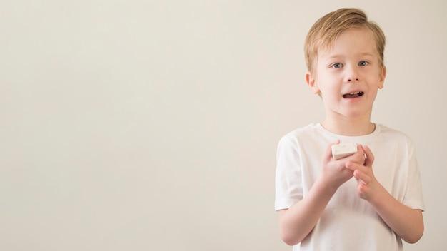 Copia-spazio ragazzo con sapone