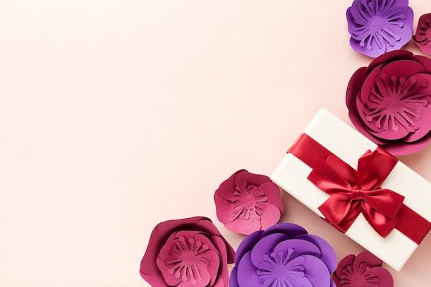 Copia-spazio regalo e ornamento floreale