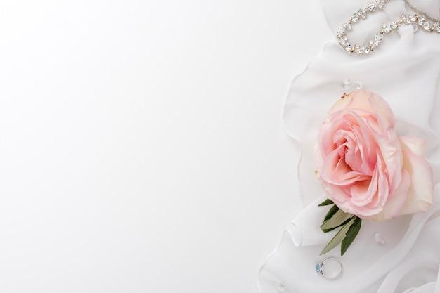Copia-spazio rosa e gioielli da sposa