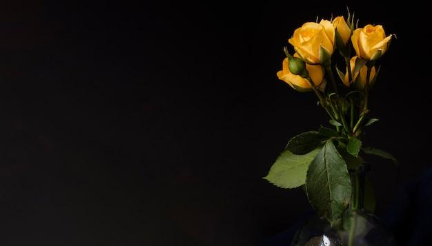 Copia-spazio rose gialle in vaso