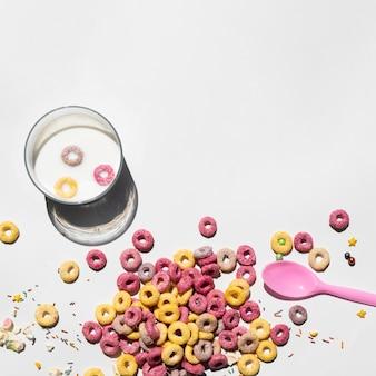 Copia spazio sfondo bianco con cereali e cucchiaio