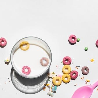 Copia spazio sfondo bianco con loop di frutta