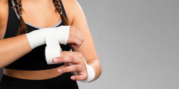 Copia spazio sfondo e donna bendando le mani