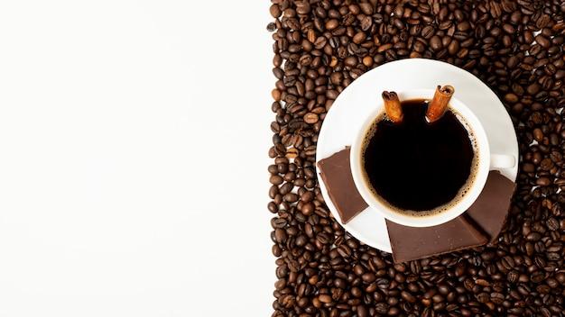 Copia spazio tazza di caffè con disposizione dei chicchi di caffè