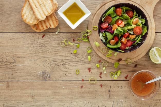 Copia-spazio toast e insalata