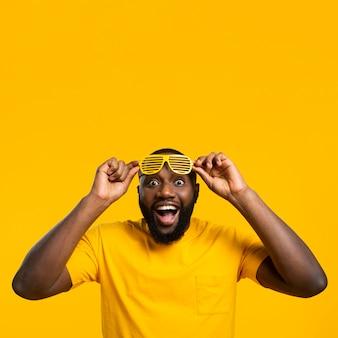 Copia-spazio uomo con occhiali da sole