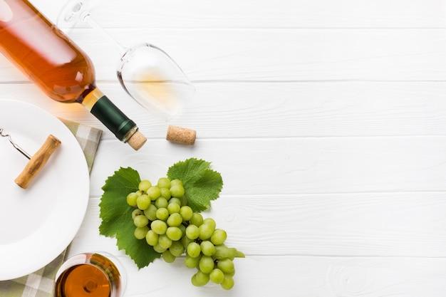 Copia spazio vino bianco e uva