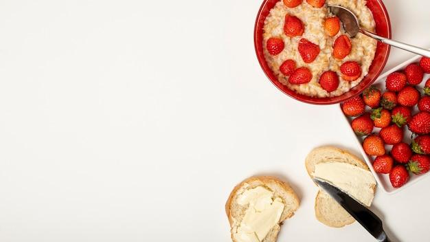Copiare il porridge di spazio con disposizione di fragole su sfondo chiaro