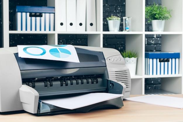 Copiatrice o stampante in un moderno ufficio interno vicino