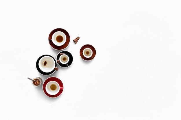 Coppa con coffee smudge e alcuni dolci sul tavolo