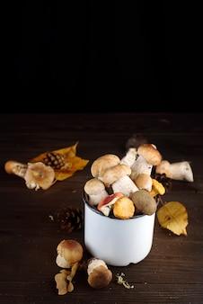 Coppa con funghi autunnali