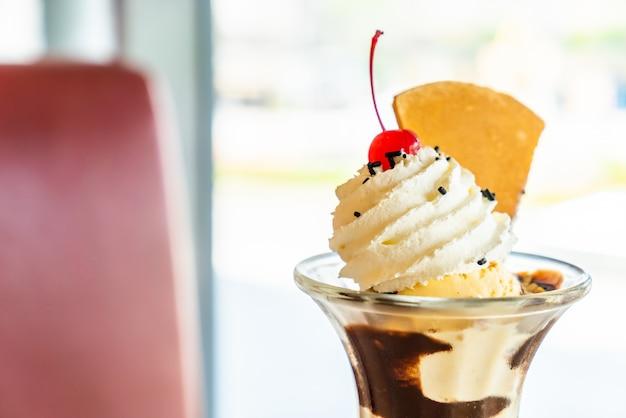 Coppa di gelato alla vaniglia con panna montata