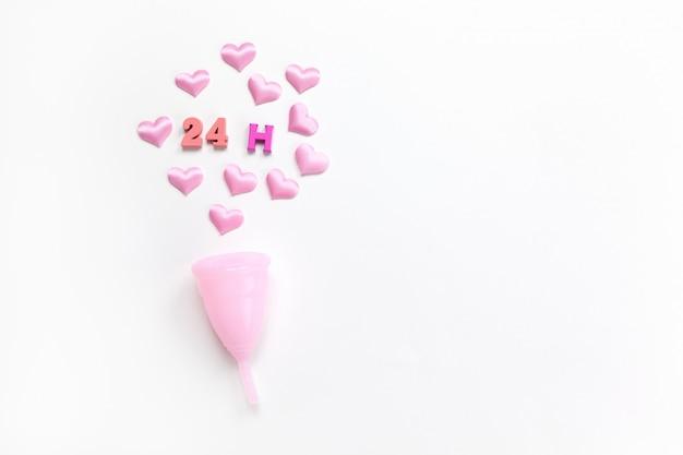 Coppetta mestruale rosa con cuori e scritte