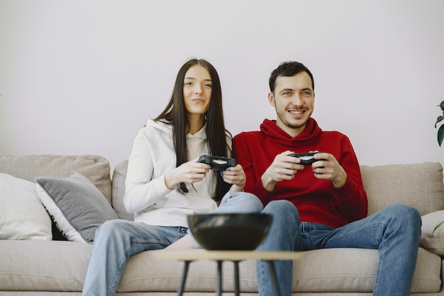 Coppia a casa giocando ai videogiochi