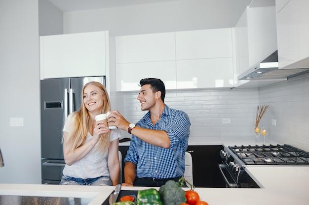 Coppia a casa in una cucina