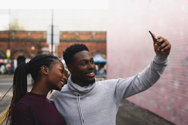Coppia a un appuntamento con un selfie