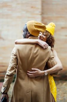 Coppia abbracciarsi in strada