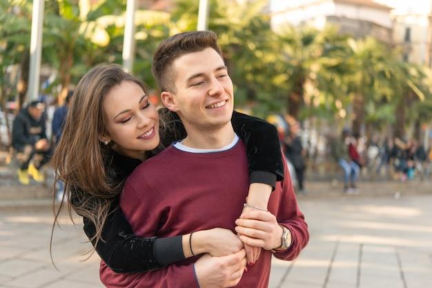 Coppia abbracciarsi in una strada cittadina