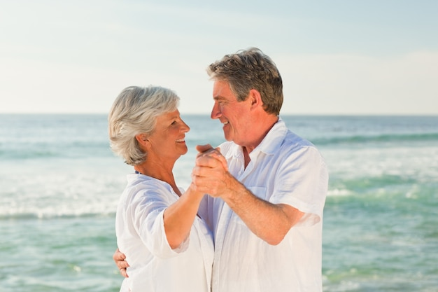 Coppia adulta ballare sulla spiaggia