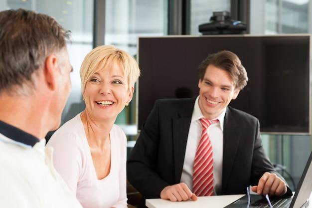 Coppia adulta con consulente finanziario
