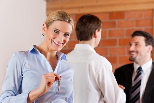 Coppia affitto appartamento da agente immobiliare
