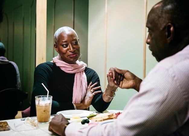 Coppia africana in un appuntamento