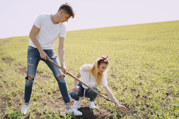 Coppia agricoltura in campo agricolo