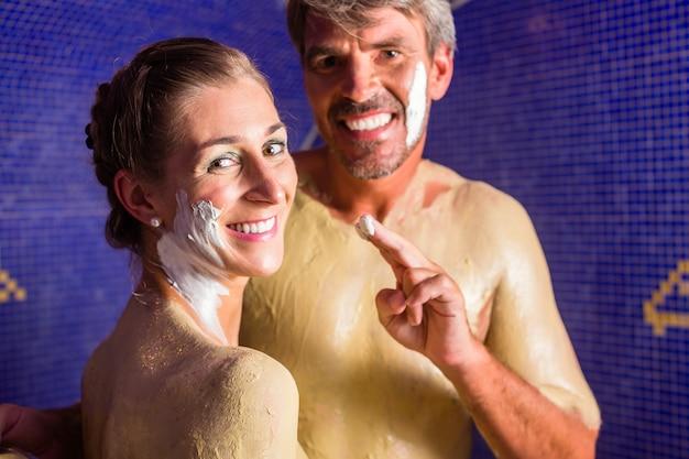 Coppia al bagno rasul nel centro benessere